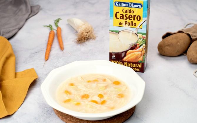 Sopa de pollo con fideos con producto