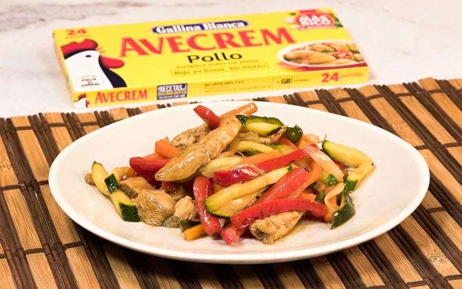 Emplatado con producto salteado de pollo con verduras