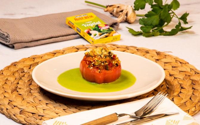 Emplatado tomates rellenos de verduras con producto
