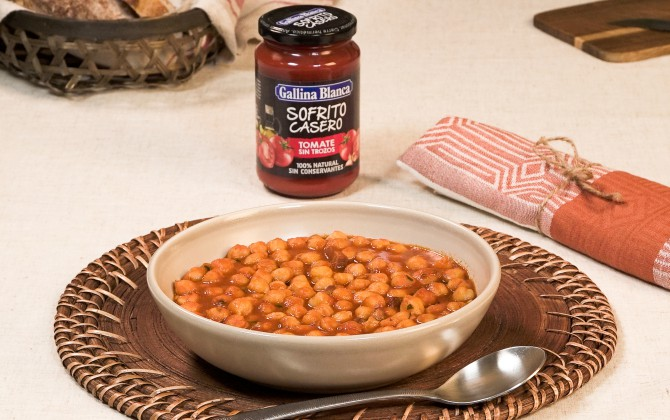 Emplatado con producto garbanzos con tomate