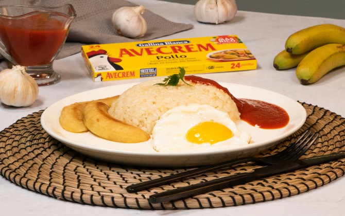 Emplatado con producto arroz a la cubana con plátano