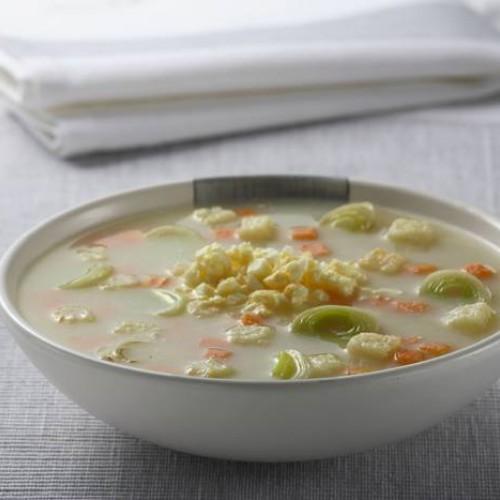 Sopa de verduras y huevo duro