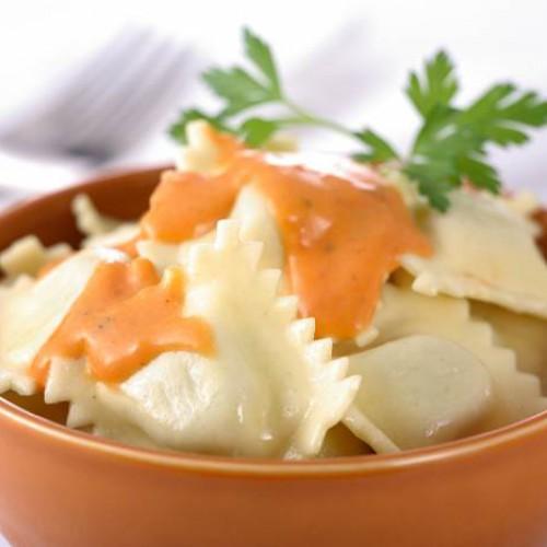 Receta de ravioli de carne con salsa bolognesa y salsa de queso