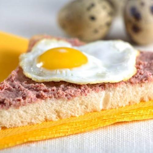 Montadito con huevos fritos de codorniz