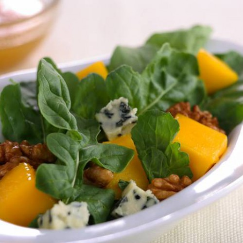 ensalada de rúcula con mango y queso azul