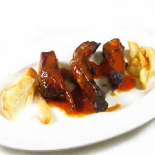 costillas de cerdo en salsa barbacoa con patatas fritas