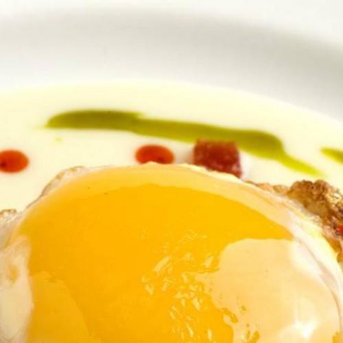 huevo frito de oca con puré de patata y sobrasada