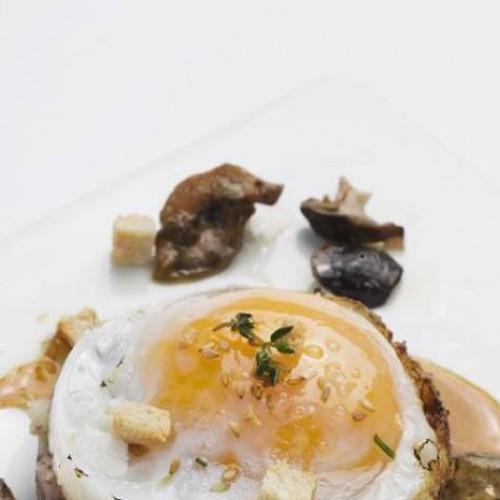 Huevos de pato con setas y tocino ahumado