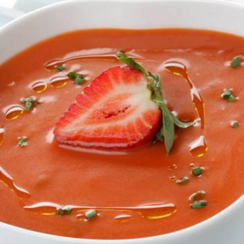 Gazpacho de tomate y fresa a la albahaca