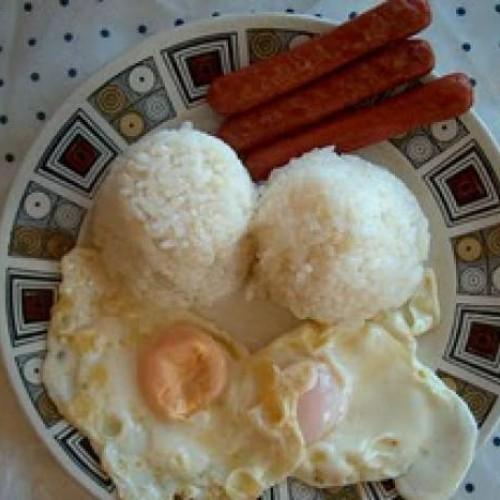 arroz a la cubana acompañado de salchichas