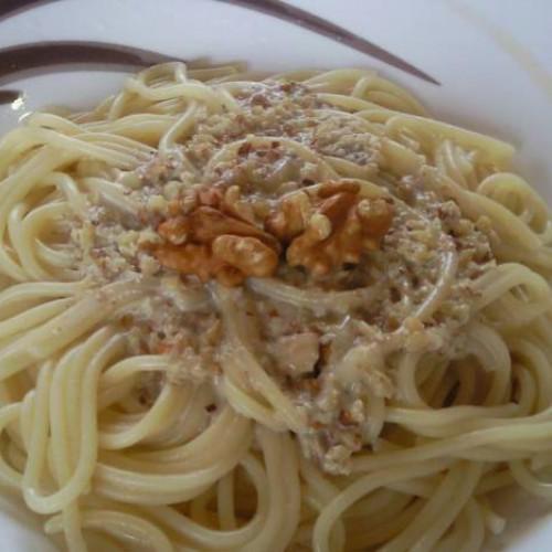 espaguetis con salsa roquefort y nueces