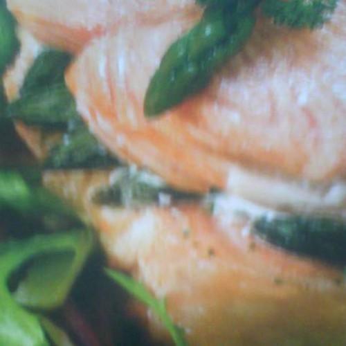 salmón plancha con guarnición de espárragos trigueros