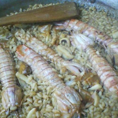 Paella de arroz con galeras