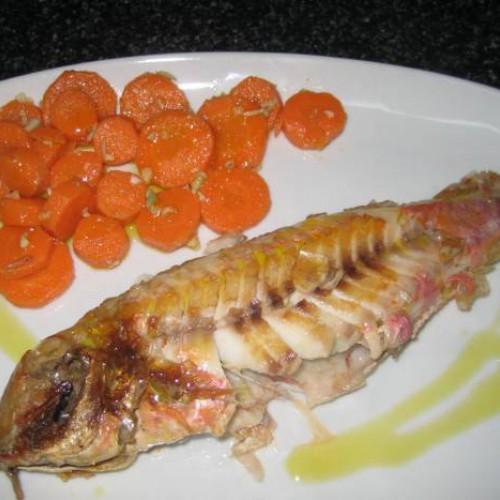 salmonetes a la plancha con zanahorias aliñadas con comino