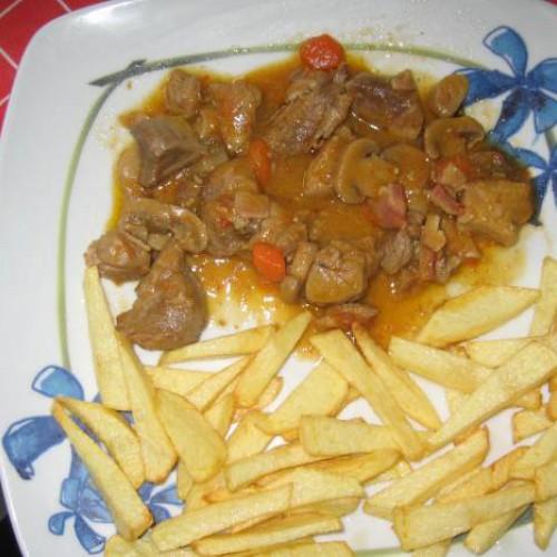 Carne de cerdo en salsa con champiñones