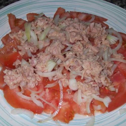 aliño de tomates con cebolla y atún para abuelo