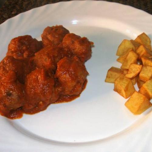 albóndigas con tomate y patatas fritas