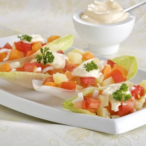 Ensalada de endibias, zanahoria, manzana, nueces y pasas