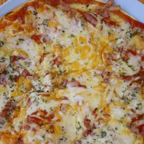 pizza con bacon a los cuatro quesos