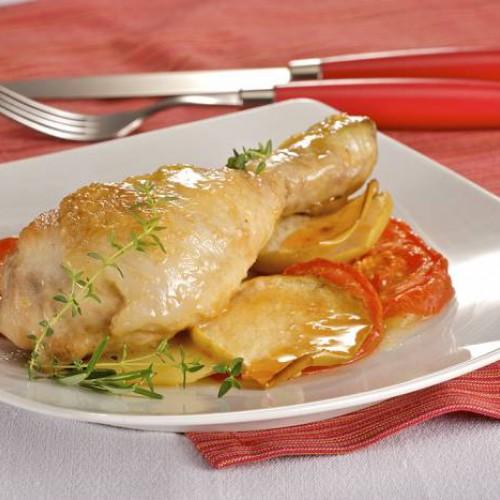 Muslos de pollo a la plancha con guarnición de tomate y cuscús