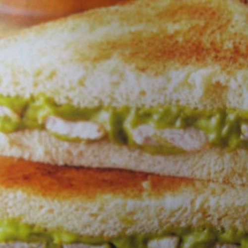 sándwiches de pollo y aguacate