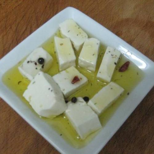 queso fresco en aceite de oliva especiado