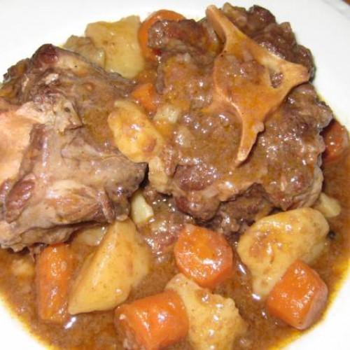 guiso de patatas y zanahorias con rabo de toro