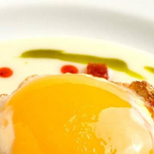 Huevo frito con puré de patata y sobrasada
