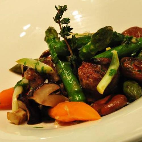 Salteado de verduras y setas con butifarra de perol
