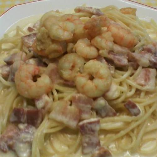 espaguetis carbonara con gambas al ajillo