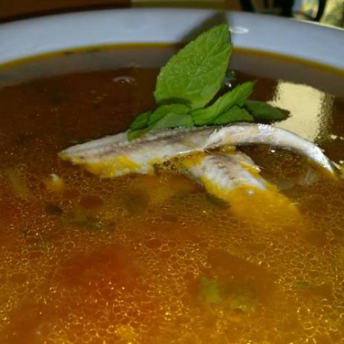 sopa de tomates con boquerones y hierbabuena