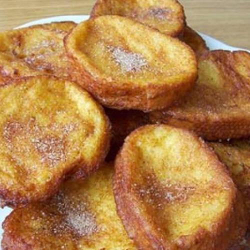 torrijas espolvoreadas con canela y azúcar