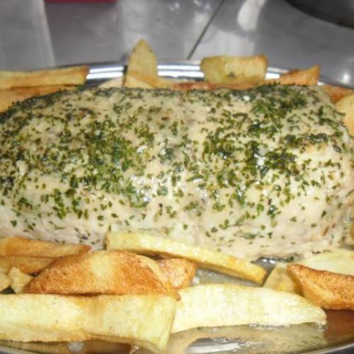 Rollito de carne picada de pollo relleno de cecina y queso