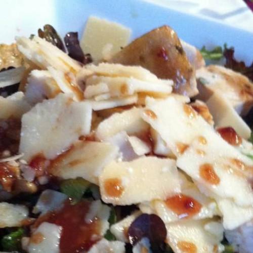 Ensalada de pollo y parmesano con vinagreta de frambuesa
