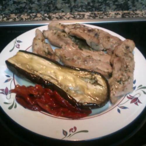 Chuletas de pavo al horno con berenjenas y pimientos