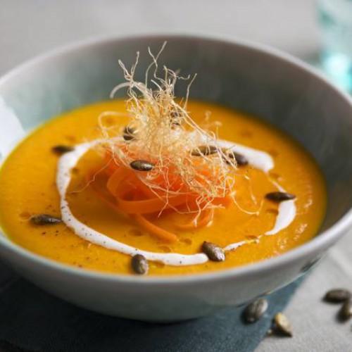 Crema de zanahoria con queso fresco y pipas de calabaza