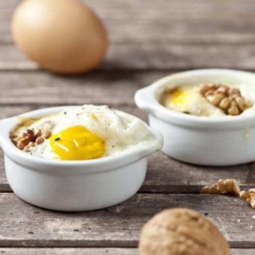 Huevos en cocotte con queso y nueces
