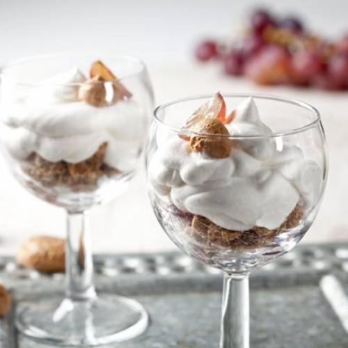 Copa de crema chantilly con frutas y galletas amaretti