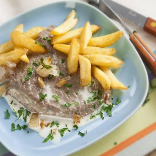 Receta de filetes de ternera en salsa con patatas fritas