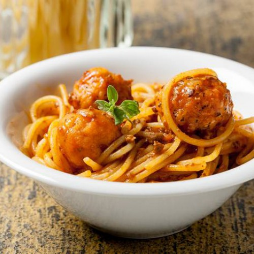 Espaguetis con albóndigas y salsa de tomate