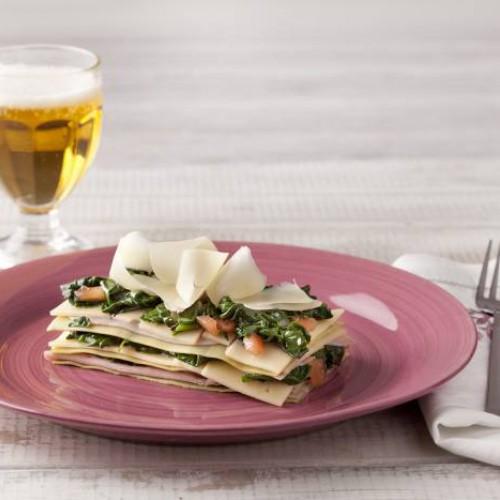 Lasaña ligera de espinacas con jamón, queso y tomate