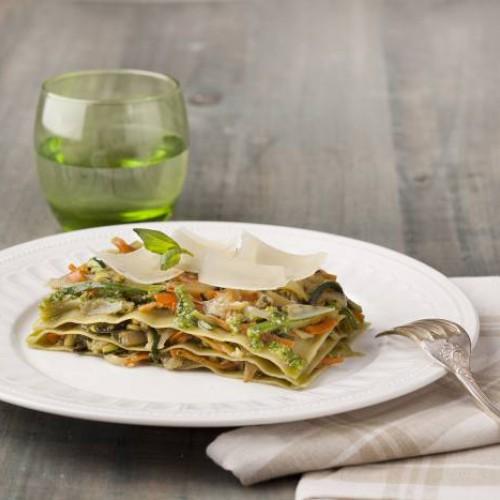 Lasaña fácil con espinacas, verduras y salsa pesto