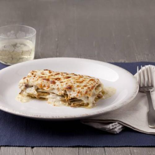 Lasaña fácil de alcachofas, queso de cabra y bechamel