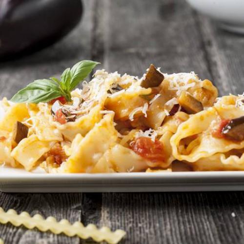 Pasta con tomate y berenjenas