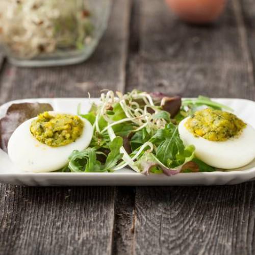 Huevos rellenos con pesto