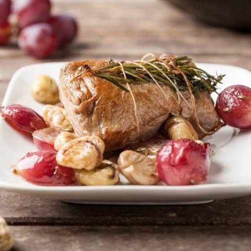 Cerdo asado con castañas y uvas