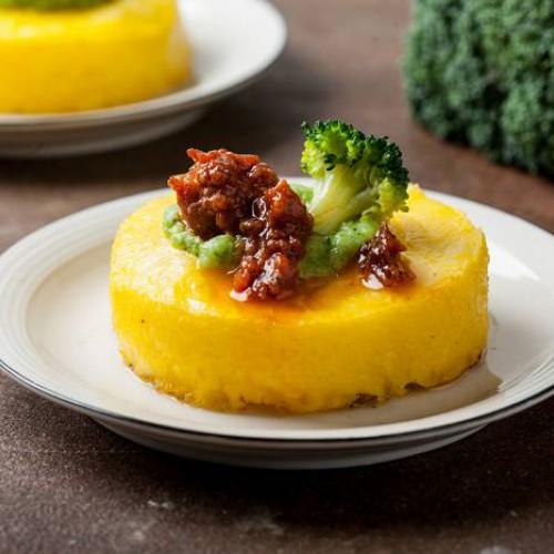 Polenta con brócoli y salchicha