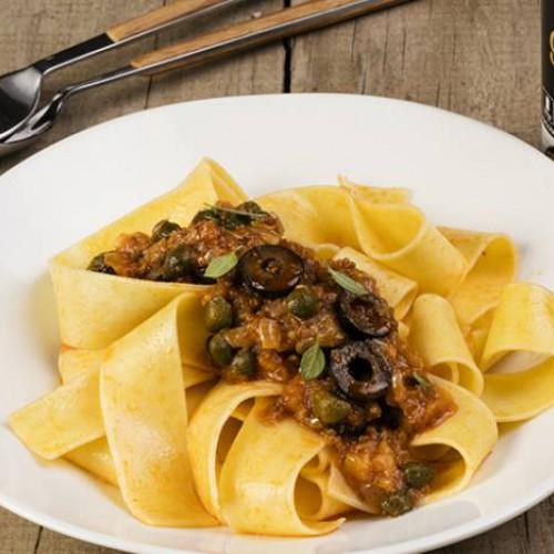 Pappardelle con tomate olivas y alcaparras