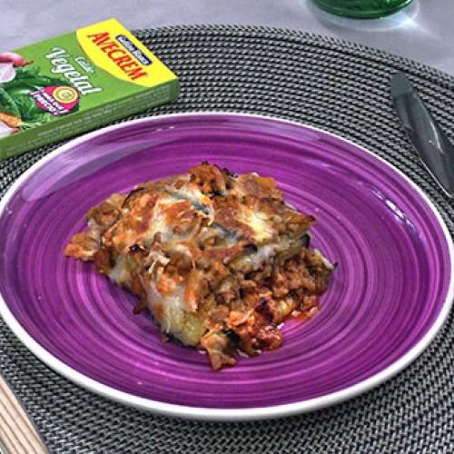 Bodegón con producto lasaña de berenjena y carne picada