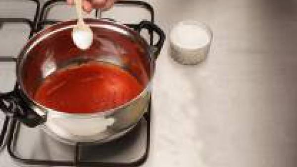 Cuece el Tomate Frito Gallina Blanca y sazona con Avecrem Caldo de Pollo